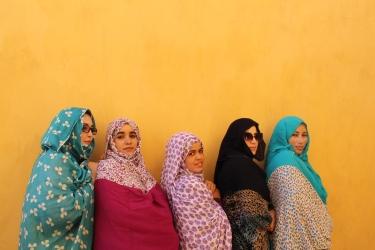 Cinco mujeres musulmanas que trabajan detectando minas en el Sáhara