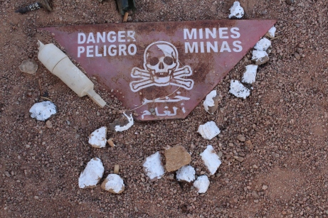 Carteles de peligro en el desierto